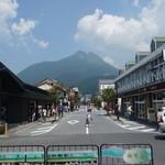23040640 - 湯布院駅前から見た由布岳
