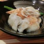 魚彩鶴巳 - 鯛とハマグリの真薯を取り分けたところ。真薯はモチモチしてて餡には小エビが入ってて美味しい~♪