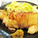 博多てんき屋 - 豚足の塩焼き。 超柔らかく下ごしらえした豚足をシンプルに塩焼きしたもの。 唐揚げ仕立てもあります。