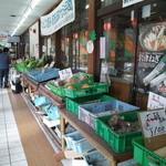 道の駅あさご 食事処 ささゆり - 売店前の地元野菜など