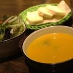 23050829 - 野菜スープ、パン、サラダ