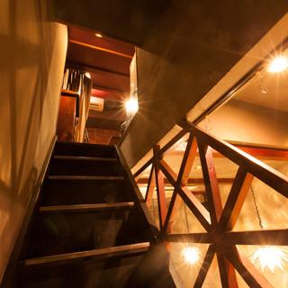1階カウンターの奥には秘密の屋根裏部屋への階段が...