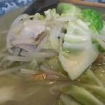 英福 - 具はキャベツ、モヤシ、ニンジン、豚肉のなどで、シンプルな構成ッス!