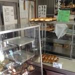 松本製パン - ショーケースに並ぶパン