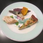 ミストリーベロ - フリッタータ、カボチャのマリネ、サバの燻製、鶏の粒マスタードマリネ