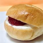 23068914 - クリームチーズとラズベリージャムのベーグル【136円】