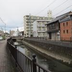 高橋酒店 - お店の前は堀川