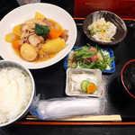おいしい台所12カ月 - 〔日替ランチ〕 肉じゃが定食(¥800)。ラー油ワンタン、刺身サラダのセット