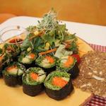 レインボー・ローフード - あん肝(風)海苔巻きとサラダ