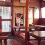 長寿庵 - テーブル席と小上がり席