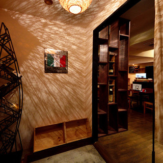 街の喧騒を忘れてワインでゆったり♪地下二階の広々とした店内。隠れ家的な当店で楽しいひと時を!