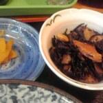 小料理 筑波 - 漬物と小鉢のひじき煮