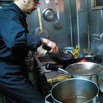 同源 - 外観写真:厨房、炒め