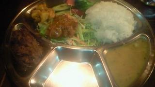 マイティガル - [2013.12]夜のダルバートセット\1500。マトンカレーを選択。肉の重厚さに感動!これにラッシー付きます