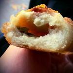 ホットベーグル - グリーンオリーブチーズ、モチモチの生地の中にはオリーブが沢山入ってました!