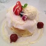 ツインリバーカフェアンドキッチン - ホワイトチョコとベリーのパンケーキ