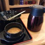 麺家 花一 本店 - 食べ終わったらスープ割りをします。割りスープはこのようなポットに入れて提供されます。