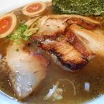 八雲  - 最新800+100えん800えん バラ肉チャーシュー麺(醤油)+味玉2013.12