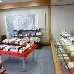 菓房 たこうや - 落ち着いた店内には魅力的なお菓子がたくさん(´ρ`)