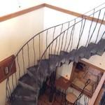 クッカーニャ - レトロな階段を上って2階へ