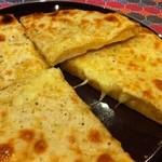 マチャプチャレ - 料理写真:粗挽き胡椒が効いたペッパーチーズナンは当店オリジナル。