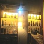 料理店 Caiotto - 奥のボトル棚