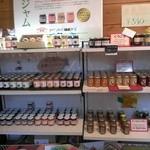 アップルファーム軽井沢(夏季限定ショップ) - 店内にはジャムがいっぱい。