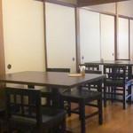 泉仙 - 和室かと思いきや、テーブル席になってます