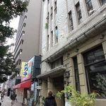 イルベッカフィーコ - お店は、古びたビルの2F。  休日。 閑散とした街。