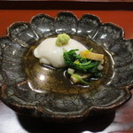 天雅 - 箸休めはこちらの定番胡麻豆腐。今回は京水菜や京揚げのおひたしが添えられて。