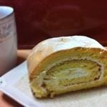 レピス・ドゥ・ラビ - 朝ごはんがわりのロールケーキ(>_<) 生クリームとカスタードクリームを巻いてますが……。