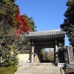 石窯ガーデンテラス - お寺の入り口。 空が綺麗すぎます