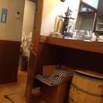 コフィア - 店内、このカウンターの向こうでコーヒーを淹れてくれます