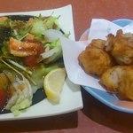 華屋与兵衛 - 鶏の唐揚げと魚介サラダ