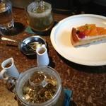 cafe marble - オーガニックのハーブティーと、柿のタルト