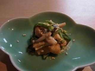 銀座 圓 - 定食につく小鉢の一つ。カリッと焼いた油揚げとしめじ、ほうれん草をごまで和えています
