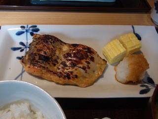 銀座 圓 - ツレが頼んだ紅鮭の粕着け焼き定食(1200円)のぷっくらした鮭