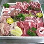 赤瓦 - ファミリーセットあと野菜盛りとアイス、ソーセージが付いてくる。