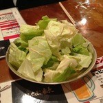 博多ホルモン番長 - お通しのキャベツ(さっぱりとしたタレがついていて美味しいです)