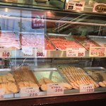 蔓牛焼肉 太田家 - 惣菜はパン粉を付けた状態で冷蔵されていて、注文を受けて揚げて頂けます(下段の品)※もちろん生でも購入可