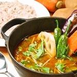 ビービーキューホッカイドウ - 熱々のダッチオーブンで提供されるスープカレーは開店以来大人気。