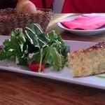 23136613 - ランチの前菜 メインとパン、食後のプチデザートで1000円