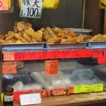 立ち食いうどん 味沢 - 山積みの天ぷらたち