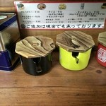 武蔵家 - 卓上調味料は、ギャバンの黒胡椒、おろしニンニク、おろし生姜、豆板醤(多分)となっております。
