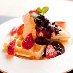 かまーとの森 - 料理写真:バニラアイスとベーリーソースワッフル