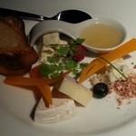 23153375 - チーズの盛り合わせ。