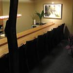 鮨 とびこめ - 内観写真:店内ではジャズが流れながら寿司を食べる