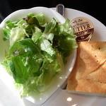 Lounge R - 4種類?の葉野菜のサラダとフォカッチャ♪