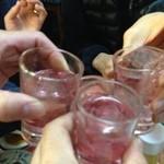 八角 - 名物の赤で乾杯!