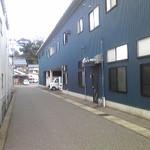 魚や たけ庄 - 建物の裏側(突き当り・右手)にも駐車場があります。
